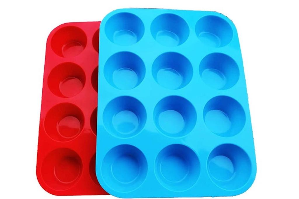 Silicone muffin pans in red and blue